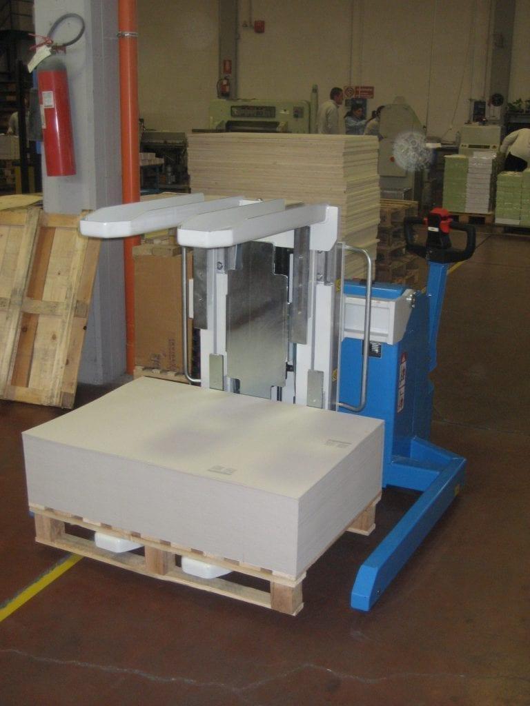Argo Mobile Pallet Inverter with Straddle